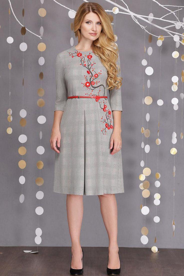 Платье женское повседневное, выполненное из меланжевого плотного трикотажа, комфортного к телу. Платье полуприлегающего силуэта, отрезное по талии. От линии подреза вниз есть встречная складка. Платье длиной до середины икры. Покрой рукава - втачной, длина 3/4. Застежка на потайную молнию в среднем шве спинки.   По переду платья изящная вышивка в виде ветки сакуры с красными цветами. Длина по переду 72 см, длина по спине 68 см, длина рукава 43 см.
