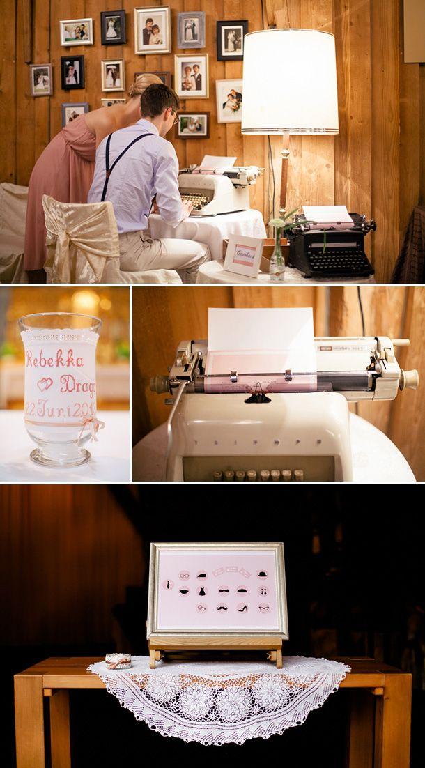 Gästebuch-Ecke mit Schreibmaschinen und alten Hochzeitsfotos von Familienmitgliedern