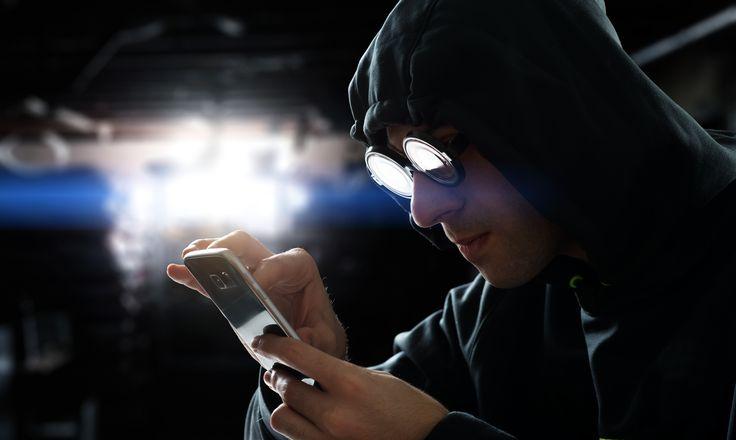Google finder kæmpe sikkerhedshul i WiFi-chips hos Apple og Android. Hackere kan komme ind på din telefon, hvis I er på samme netværk. Se hvordan du sikrer dig.