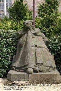 """monument aux morts de Tréguier dans les Côtes d'Armor, appelé """"La Pleureuse"""". Il a été réalisé par Francis Renaud."""