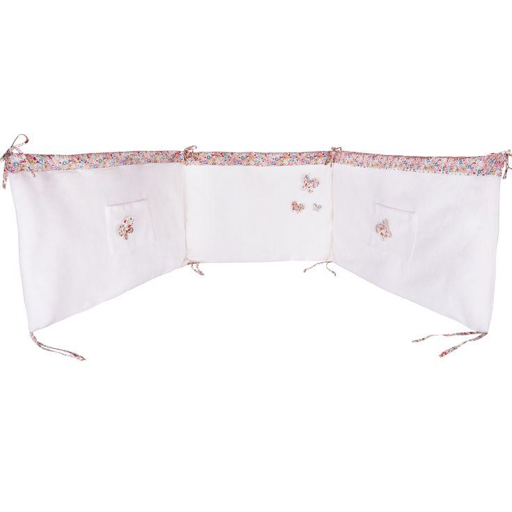 Voici le tour de lit Liberty rouge de la marque Trousselierqui forme une barrière protectrice pour protéger bébé pendant son sommeil.
