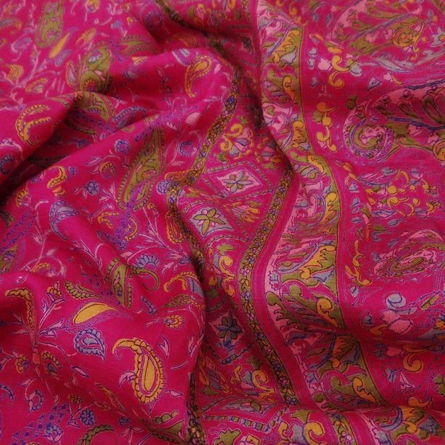 * Vintage sari en tela de seda pura. * El color principal incluye magenta. * Impresión floral, de la hoja y de Paisley hermosos se hace en toda la sari. * La tela del sari es suave y fuerte. *...