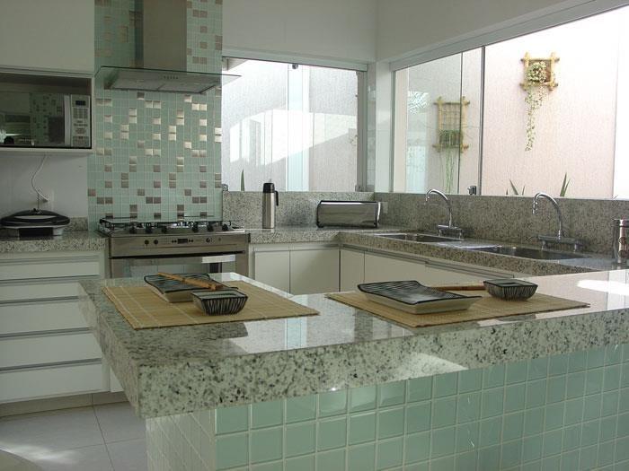 pastilha de vidro na parede do balcão da cozinha | cozinha