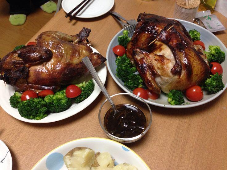去年のクリスマスは ほろほろ鶏とターキーのアレ  クリスマス24日とか25日当日は丸鶏が半額くらいにやすくなるのでそいつを買ってきてつくります。かれこれ5年くらいは作ってるローストチキン(ローストターキー)とかです。 酒(白ワインでも)・塩・砂糖(またはハチミツ)・ローズマリー(この辺はお好みで)、くず野菜(セロリの葉のところ、ねぎの青いところ、にんじんとかたまねぎのきれっぱし)を入れて1日~2日冷蔵庫で寝かしてからつくります。中身はガーリックライスを固めに作ったものを入れてオーブンで焼いています。根菜とか野菜たっぷりと豆やパンとかでもいいかと。