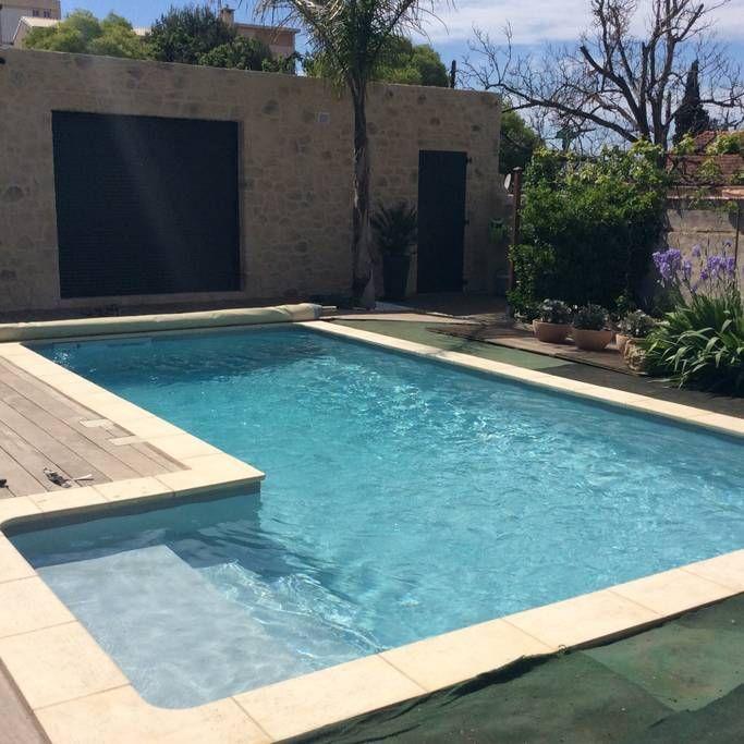 Private room in Marseille, FR. Villa calme dans une impasse avec piscine à 15 minutes à pieds du stade Vélodrome. Les chambres se situent au premier étage avec salle d'eau et wc privatifs sur l'étage. Accès rapide aux transports en commun et facilité de stationnement à proximité.