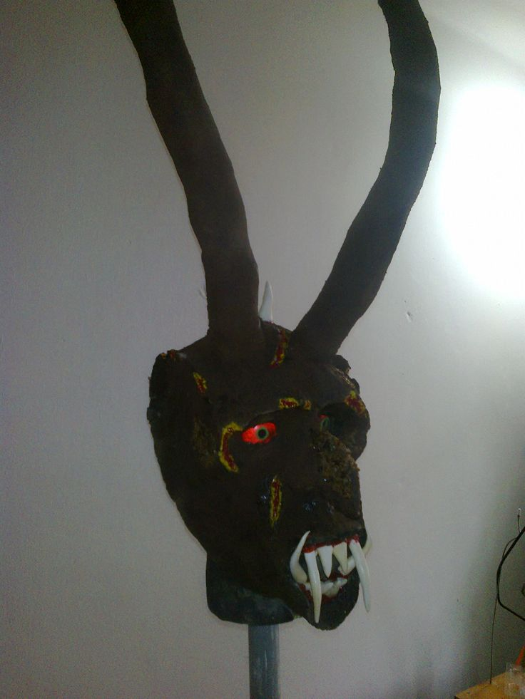 maska čerta vyrobeného z papíru ,drceného nerostu(hlavně  láva) a zuby z modelovací hlíny
