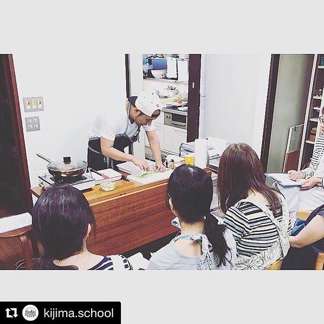 次回5/20 21 の料理教室のご案内。教室のアカウント @kijima.school をご確認下さい!  #Repost @kijima.school with @repostapp ・・・ 【5月料理教室のお知らせ】 5月の料理教室のテーマは…! 〜ガッツリ肉パエリアでおうち居酒屋〜  ガッツリ×肉×おつまみ というきじまの大得意な要素を集めた料理教室を開催します! ●5月のメニュー🍴 ◎#肉 好きにオススメ!ガッツリ ソーセージとベーコンの肉#パエリア ◎焼いたトマトが#ジューシー!#トマトの豚巻き 串焼き ◎居酒屋の大定番!#だし巻き卵 #明太マヨソース ◎やみつきになる!#マカロニサラダ ◎切り方アレンジ!#スティック野菜  その他 ちょっとだけ#アルコール #スペシャルデザート もご用意いたします♪  詳細・予約方法は、プロフィール画面トップのURLへ‼️ 今日の写真は前回の料理教室の風景から📸  ピーラーの使い方のコツをお話をしているところです!  皆さまお早めのご予約お待ちしております😊🍴 (スタッフMより)