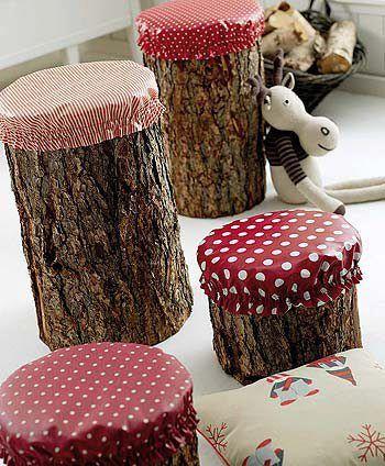 Bancos feitos de troncos de arvores com capas coloridas