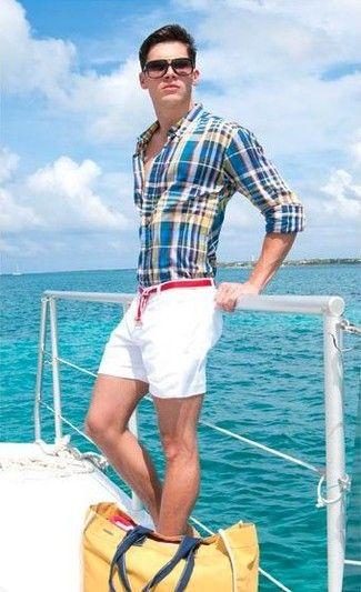 Blaues Langarmhemd mit Schottenmuster, Weiße Shorts, Gelbe Shopper Tasche aus Segeltuch, Roter Segeltuchgürtel für Herren