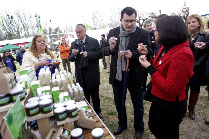 Durante su visita a la Semana de la Chilenidad, el Ministro Furche visitó distintos stands de la feria, entre los que destacó el del propio Ministerio de Agricultura.