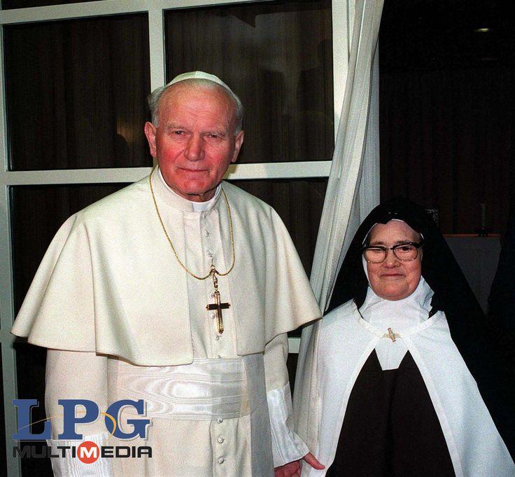 Beato Juan Pablo II y Sor Lucía, la vidente de Fátima  Conoce su vida de santidad en www.aciprensa.com/juanpabloii