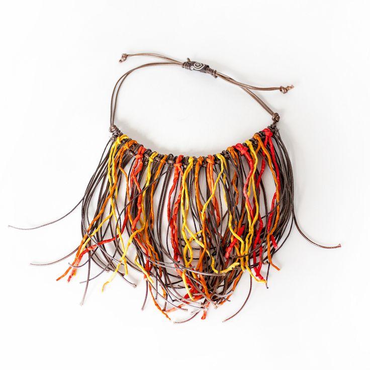 Collane Frange con fili di seta orlati e tinti a mano di Bettina Buttgen Link Bettina Buttgen