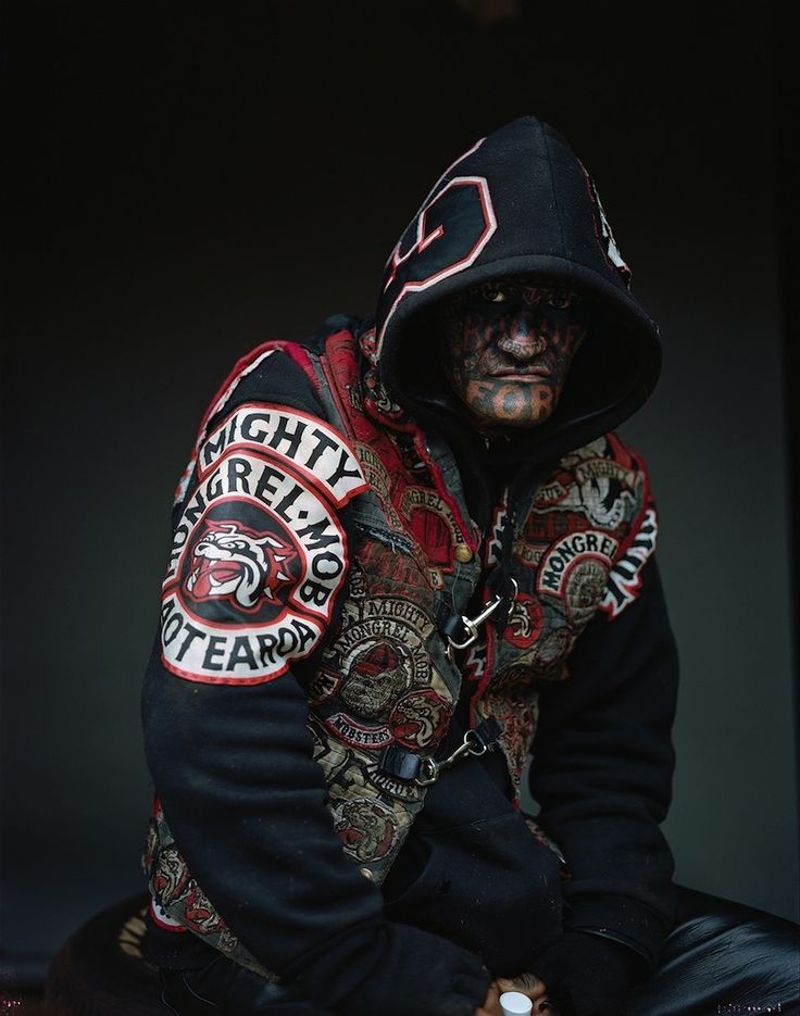 Les gangsters du Mongrel Mob (Nouvelle-Zélande) Shano Rogue, 2010. Photographie type-C, 1.9M x 1.5M