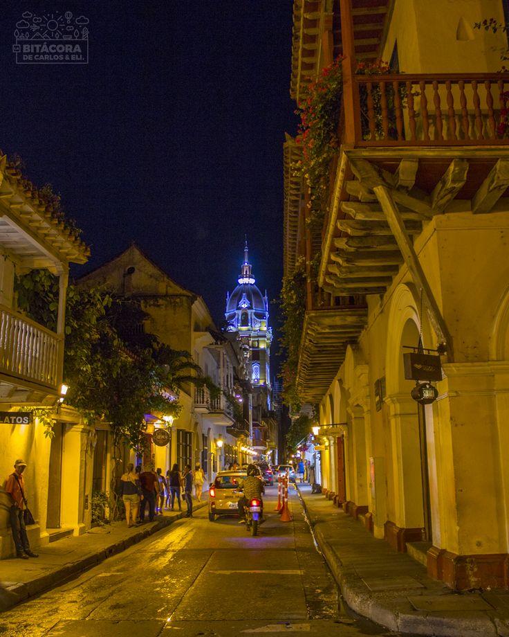 ☀ Lastimosamente no grabamos de noche en Cartagena, pero sí pudimos tomar esta foto en la Ciudad Amurallada. Para muchas personas, es durante la noche que Cartagena muestra su mejor cara