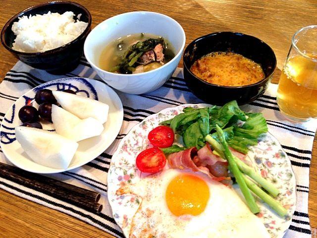 おはようございます(^_−)−☆今朝は、いい天気の福岡です。昨日は、父の誕生日に、たくさんのコメントやイイね、ありがとうございました。さて、今朝は、和食。週の始まり、しっかり食べて元気にいきます。ヤクルト、HIROさんの事務所から、持ってくるのを忘れてー、ないのですが(^^;;みなさん、よい1日をー(^_−)−☆ - 3件のもぐもぐ - ベーコンエッグ   サラダ  アスパラ  つみれスープ  納豆  梨  ぶどう by 高田恵子