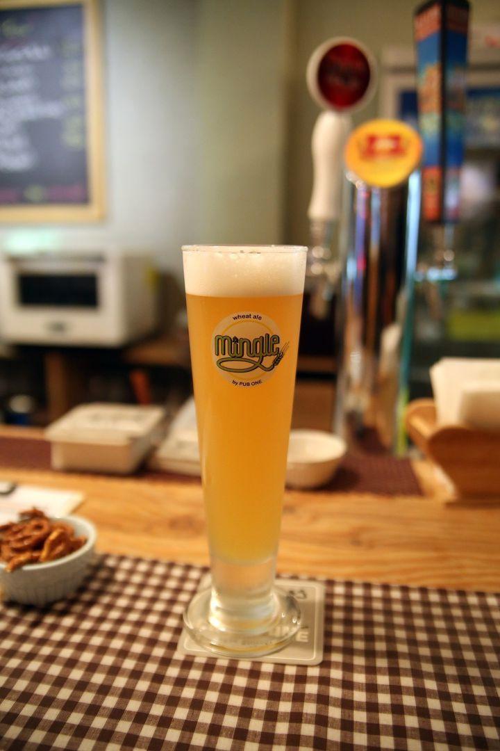 """요즘 요식업계를 요동치게 하는 """"수제 맥주""""란 과연 무엇인가. 혹자는 """"비싼 허세 맥주""""라고도 하고, 혹자는 """"천편일률적인 대량 생산 맥주와는 달리, 다양성을 추구하는 소량 제작 맥주""""라고도 한다. 뭐, 둘 다 맞는 말일 수는 있겠는데, 일단 나에게 """"수제 맥주""""란 """"스토리가 있는 맥주""""라고 보는 게 더 요점에 가까울 것 같다. 이 맥주가 시장에서 잘 팔리.."""