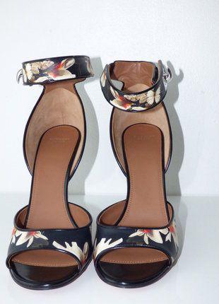 À vendre sur #vintedfrance ! http://www.vinted.fr/chaussures-femmes/escarpins-and-talons/29793582-sandales-imprimees-a-fleurs-en-cuir-multicolore-givenchy