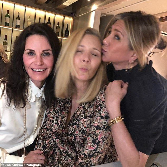 Jennifer Aniston Is Thrilled To Learn That She Ll Be Free In 2020 In 2021 Jennifer Aniston Friends Tv Friends Moments