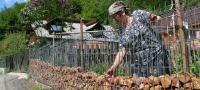 GALERIE FOTO - INEDIT - Gard din pietre semipreţioase la o gospodărie din Firiza