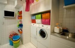 Vaskemaskin løfta opp fra gulv