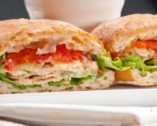Panini au surimi, aux crudités et à la mayonnaise légère : http://www.fourchette-et-bikini.fr/recettes/recettes-minceur/panini-au-surimi-aux-crudites-et-a-la-mayonnaise-legere.html