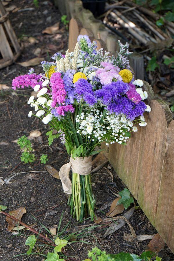 ramo de novia con siemprevivas limonium paniculata y toques de craspedia