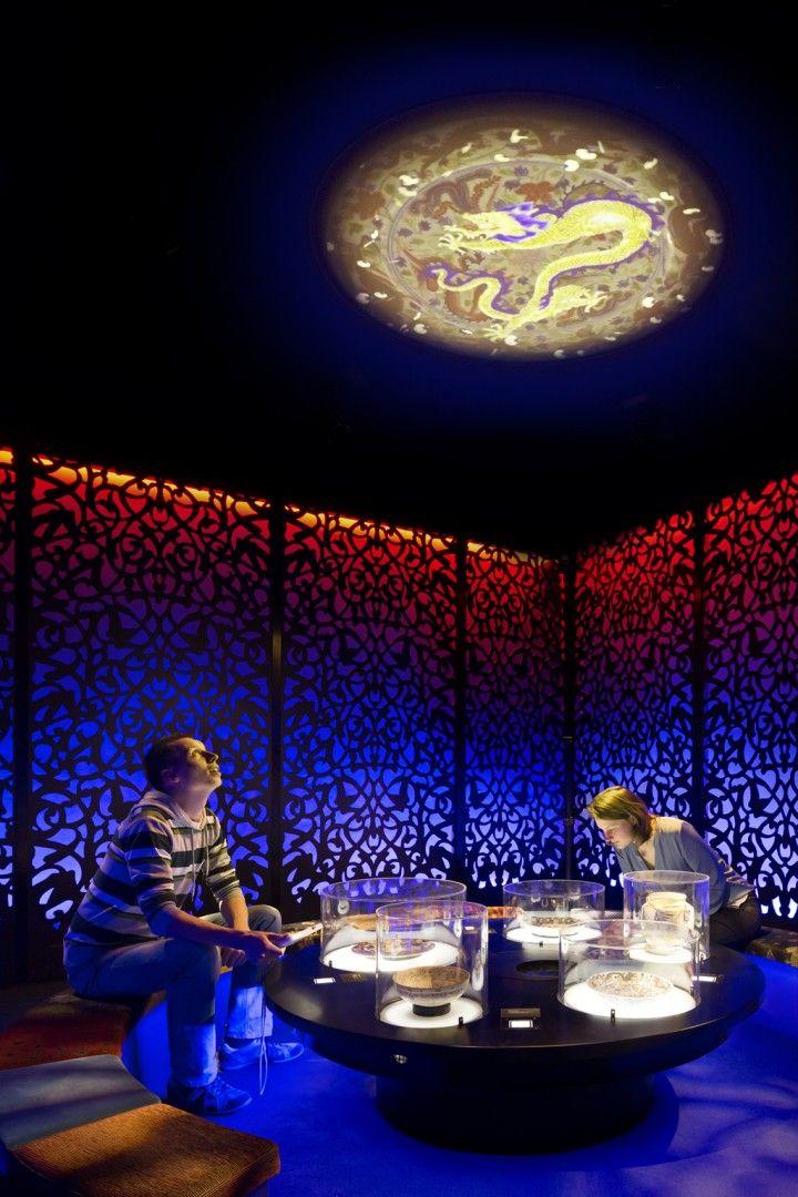 Kossmann.dejong heeft, net als de oorspronkelijke editie uit 2005, het concept en ontwerp gemaakt van de geheel vernieuwde Wonderkamers in Gemeentemuseum Den Haag. Drie jaar lang is intensief samengewerkt met een multidisciplinair team van educatoren, game designers, mediaspecialisten, filmmakers en decor, licht- en geluidsontwerpers om het eerste Nederlandse museum voor pubers te vernieuwen. Het doelmeer ...