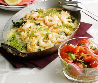 Här är ett smarrigt recept på en krämig och dillig fiskgratäng med mosade tomater. Du väljer fisk efter smak, till exempel sej eller lax och tillagar i ugn med en härlig räksås och mandel. Servera gratängen med tomatsalladen och ris eller potatis.