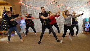 """Todos los años, la familia Orgill crea un video de baile que prácticamente te obligará a sonreír...""""¡Pasa tiempo con tu familia en esta época navideña!"""