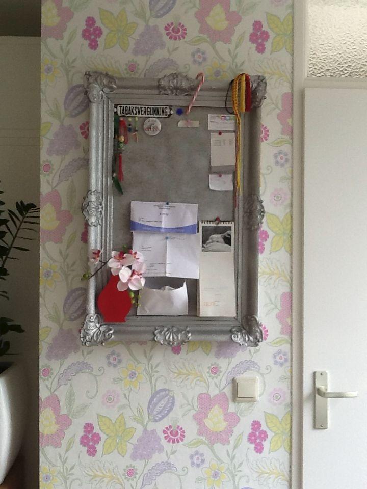 Prikbord gemaakt van een fotolijst lijst geverfd met zilver metallics behang van eijffinger - Deco woonkamer behang ...
