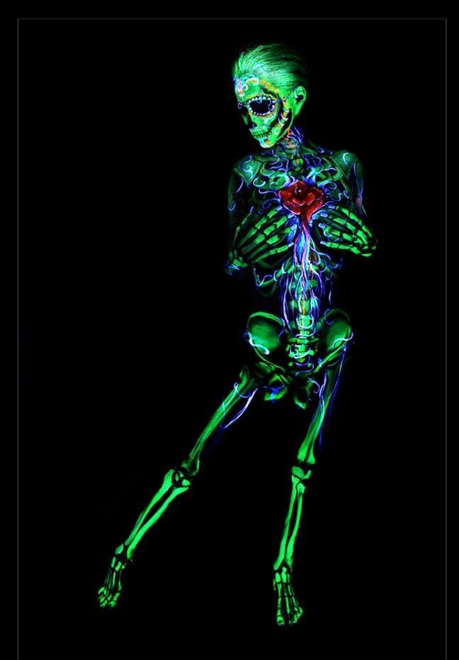 http://stunningpicture.tumblr.com/post/90061448792/body-paint skeleton body paint