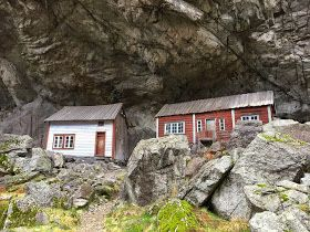 Helleren ligger ved Rv 44 i Jøssingfjord øst for Hauge i Dalane. Vi klarte på turen vår i går å kjøre forbi stedet, kanskje fordi naturen på...