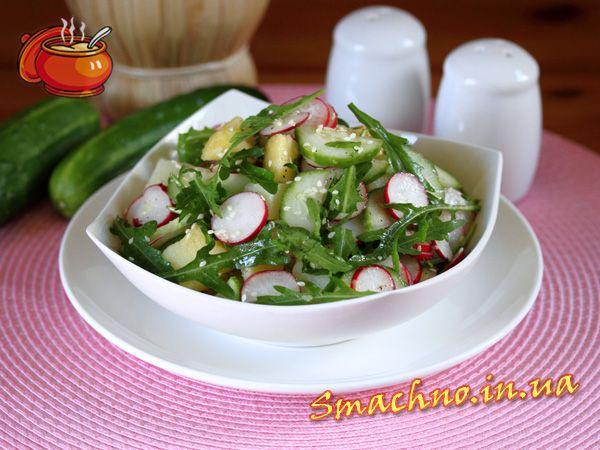 Картофельный салат с редисом, огурцом и рукколой.