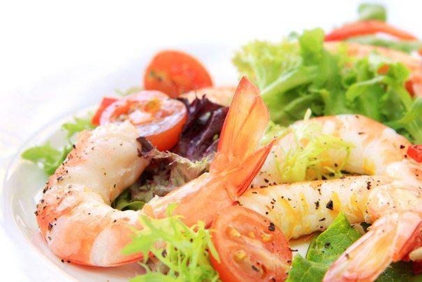 Именно смесь этого соуса с салатными листьями и креветками покоряет тех, кто впервые пробует этот салат.