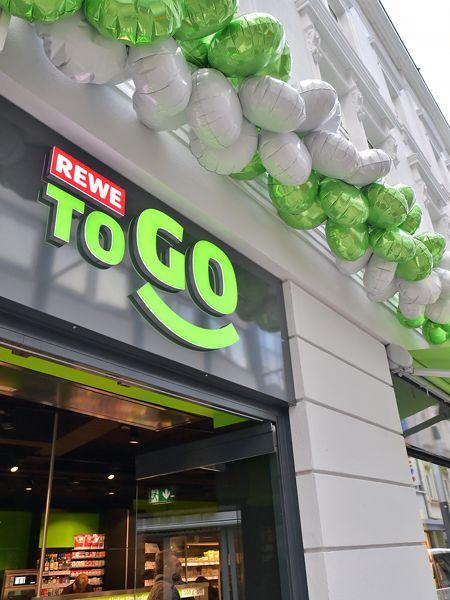 Für den schnellen Einkauf - REWE to go bietet all das an, was man auf der Hand mitnehmen kann. Und will seine Standorte auf ganz