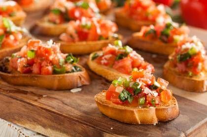 Frische Tomate und würziger Knoblauch auf knusprigem Brot: kein Wunder, dass Bruschetta zu den beliebtesten italienischen Antipasti gehört.