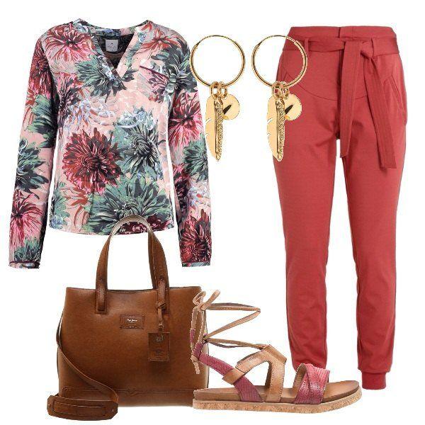 L'outfit+è+composto+da+una+camicetta+in+fantasia+floreale+con+taschino+indossata+con+un+paio+di+pantaloni+con+fusciacca+ed+un+paio+di+sandali+in+pelle+con+plateau+basso.+Il+look+si+completa+con+gli+orecchini+a+cerchio+con+ciondoli+e+la+shopping+bag+Pepe+Jeans+London.