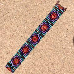 Ce bracelet arc en ciel éclat perle sur métier à tisser a été inspiré par tous les beaux Native et Latin American motifs que je vois autour de moi à Albuquerque, Nouveau-Mexique. Comme avec toutes mes pièces, j'ai créé il sur un métier à tisser de perle avec grand soin et attention aux détails. Remarque importante : S'il vous plaît mesurer votre poignet avant le placement de commande, pour assurer un ajustement adéquat. Ces bracelets ne sont pas réglables. Les perles utilisées dans cette…