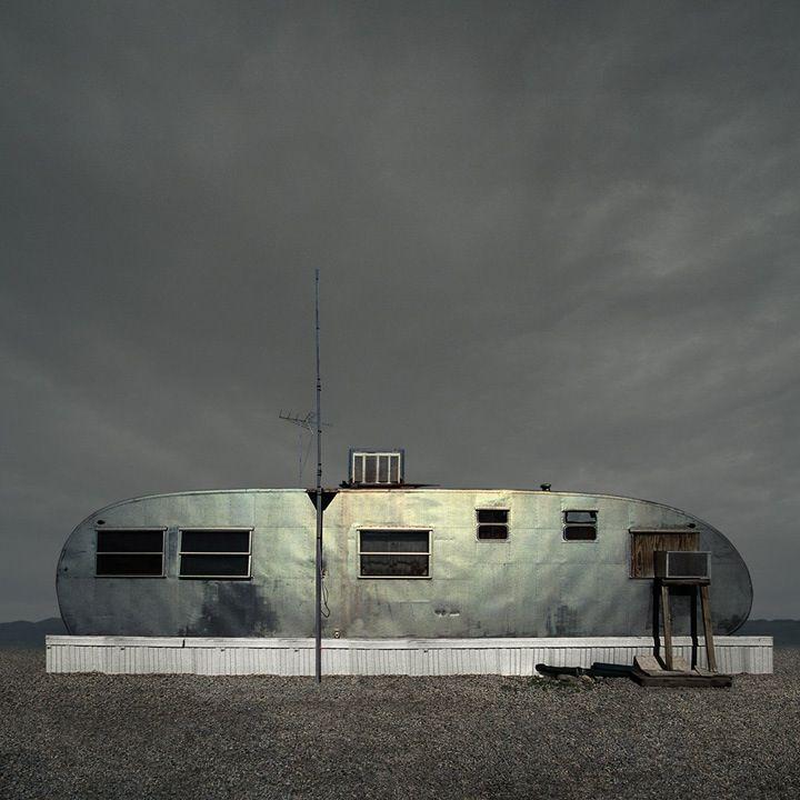 Ed Freeman maakt geen schilderijen, maar foto's zijn het ook niet echt. Zijn serie 'Desert Realty and Urban Realty' zijn gemanipuleerde beelden van leegstand in de woestijn en zoekt daarmee de grens op tussen fotografie en de computer. Wat vervolgens het grijze gebied tussen realiteit en fantasie laat zien.