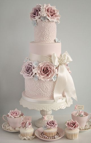 Pros- delicate lace detailing, pearl detail, sugar flowers Cons - too tall, wrong colours, ribbon too thick