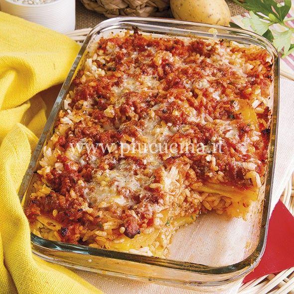 Pelate le patate e tagliatele a fette sottili, poi scottatele in acqua salata. Lessate il riso in abbondante acqua salata scolandolo al dente. Rosolate la salsiccia sgranata in olio con lo scalogno tritato e il rosmarino, poi unite la polpa di pomodoro, controllate il sale e cuocete per 30 minuti. In una ciotola mescolate l'aglio e il prezzemolo tritati con il formaggio grattugiato, il pane, un pizzico di sale e di pepe. Fase 1.2. Ungete con un filo d'olio una pirofila da forno e…