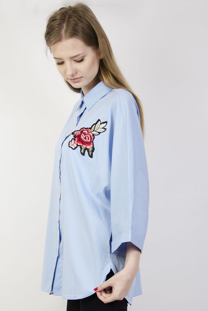 Niebieska koszula z szerokimi rękawami i naszywką