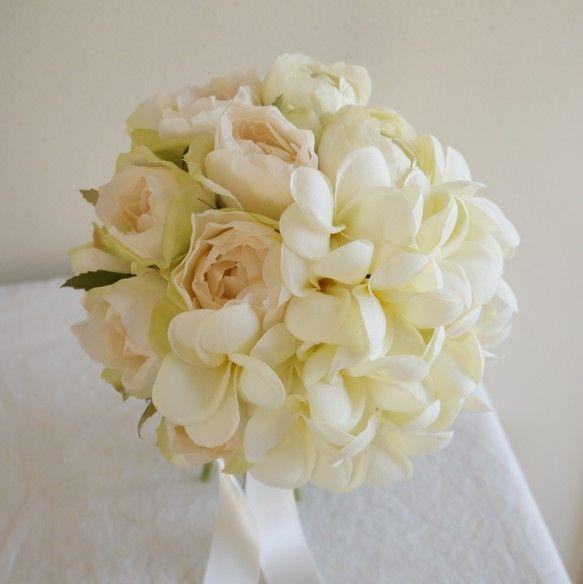 プルメリアは、中心がほんのり黄色の、クリーム色です。バラも、クリーム色ですが、外側の花びらは淡いグリーンです。その他、コロンとしたラナンキュラスを使用していま...|ハンドメイド、手作り、手仕事品の通販・販売・購入ならCreema。