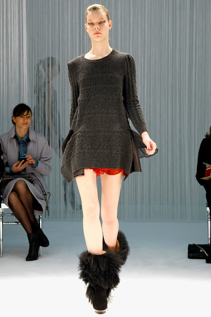 I love this short knit sweater with the gores on the side and the hint of red under it#PFW#F/W2011#RTW