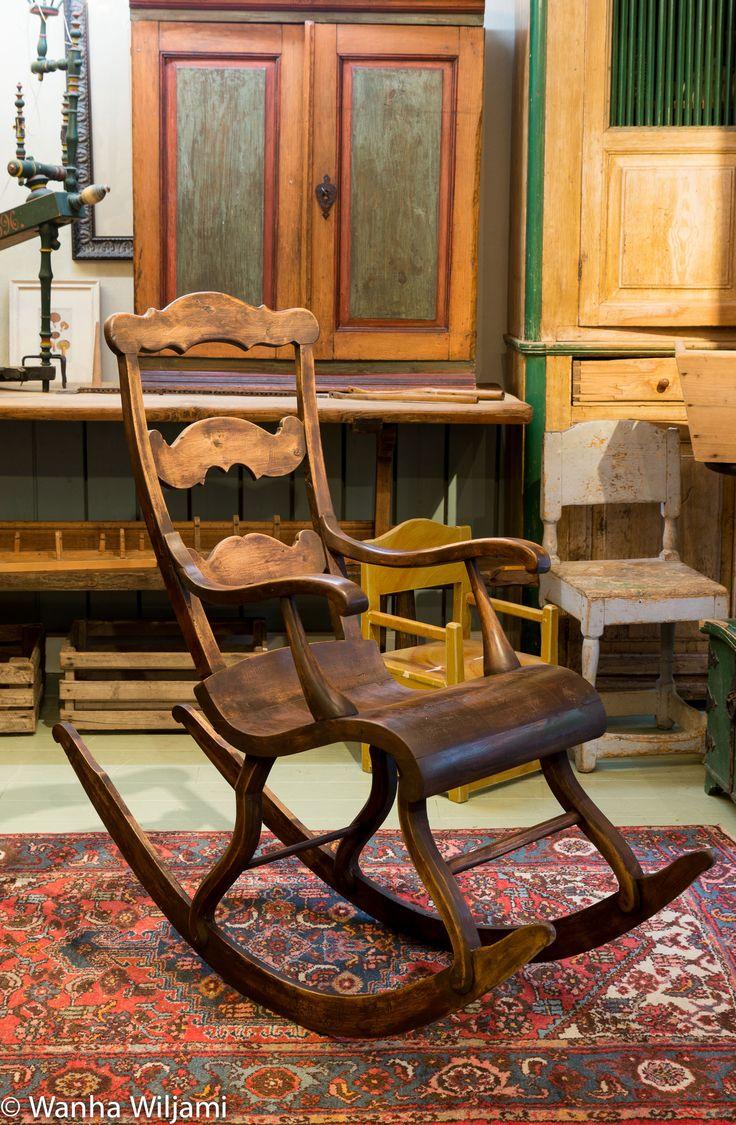 Keinutuoli 1800-luvun loppupuolelta. Entisöity.