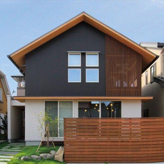 エントランスから一体感のある洗練されたデザイン ゆるやかなスロープの先に佇む、やさしい表情を持つ三角屋根の家。 エントランスから一体感のあるデザインでまとめられたS邸は、奇をてらわないシンプルな構成で落ち着いた雰囲気を作り出しています。