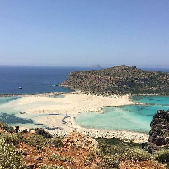 Gramvousa er kendt for sit fort, som ligger ca. 130 meter over havet. Det tager en lille stund at gå til toppen, men når du er kommet op, så får du en fantastisk udsigt over øen og havet! Du kan læse mere her: www.apollorejser.dk/rejser/europa/graekenland/kreta