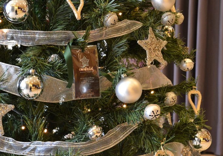 Instalamos un árbol de navidad plateado a una reconocida marca internacional de productos para el cabello, en su centro de Barcelona