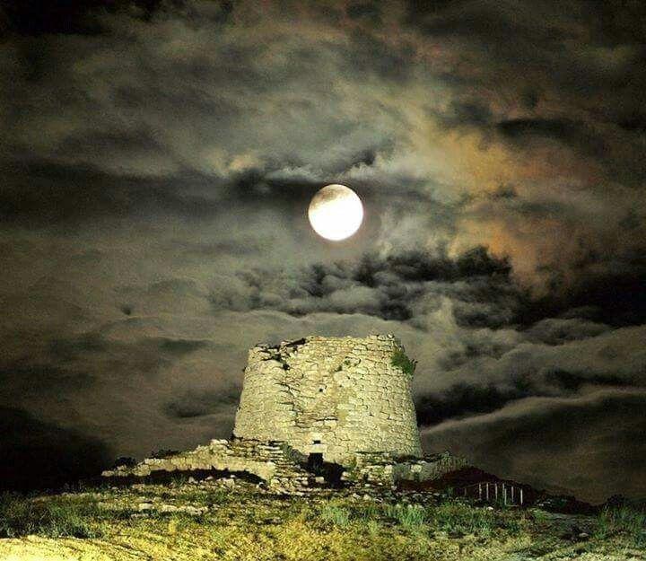 "Nuraghe "" Is Paras "" Isili - #Sardinia#Cerdeña#Sardegna - Bellissima notte di una luna stupenda !"