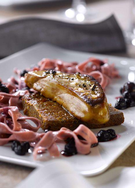 Escalope de foie gras de canard poêlée sur taillerins aux myrtilles et pain perdu aux épices